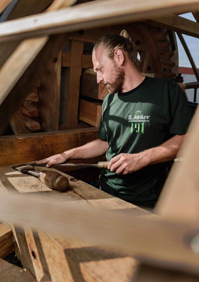 Remco aan het werk - Traditionele molenbouw